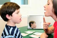 چه زمانی کودک به کمک گفتار درمانگر نیاز دارد؟