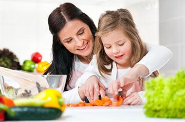 چگونه میتوان به کودک در کارهای خانه مسئولیت داد؟